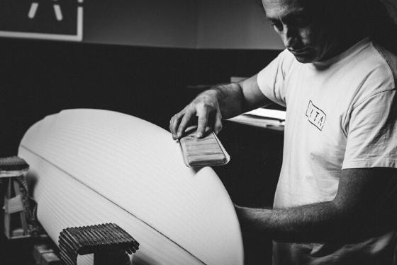 Shaper fabricando tabla a medida